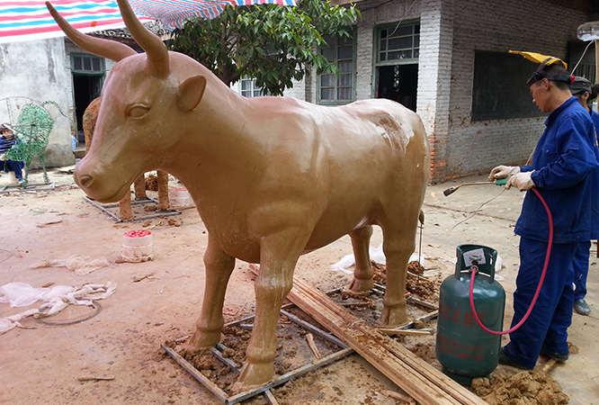 彩牛雕塑泥塑现场